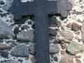 Poniemiecki krzyż na ścianie kościoła